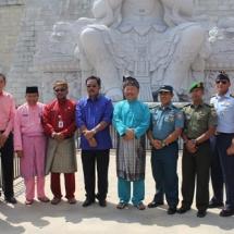 Foto bersama dengan para pejabat dan tamu undangan usai acara peresmian