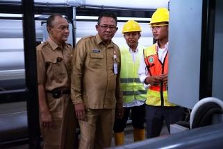 Kadis Perkim Kepri Heru Sukmoro dan Sekdako Riono meninjau proses penyulingan SWRO