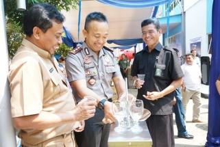 Kapolres Tanjungpinang AKBP Ucok Silalahi bersama Kadiskes Tanjungpinang Rustam saat uji coba air SWRO