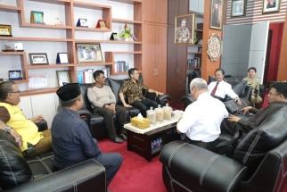 Para pembina pramuka saat bertemu dengan Ketua DPRD Kepri di ruang kerjanya