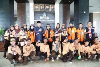 Pramuka foto bersama Anggota DPRD Hanafi Ekra