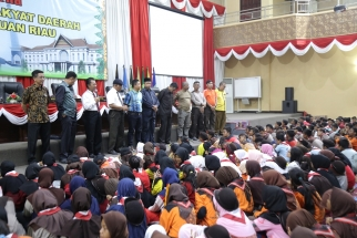 Ratusan pramuka saat mendengarkan arahand ari Ketua DPRD Kepri