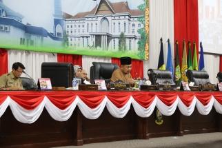 Wakil Ketua DPRD Kepri Husnizar Hood saat memimpin sidang paripurna