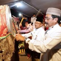 Wali Kota Lis Darmansyah pukul beduk didampingi Gubernur Nurdin saat malam takbiran Idul Fitri 1438 Hijriah