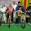 Tiru Presiden, Nurdin Bagikan Sepeda Saat Kunker