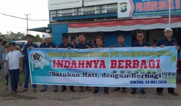 PWI Tanjungpinang-Bintan Berbagi Takjil di Batas Kota