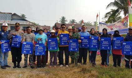 Bagikan Kantong Belanja Bebas Plastik, Nurhayati Pimpin Bersih-bersih Pantai
