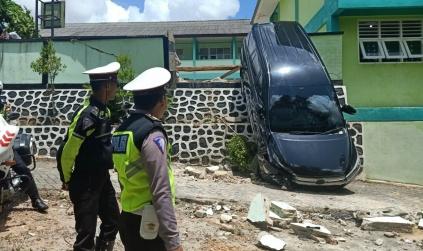 Mau Parkir Malah Ngegas, Mobil Milik Rambun Berakhir Tungging