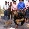 Lis Ketua Sementara DPRD Kepri Letakkan Batu Pertama Tugu Bismillah
