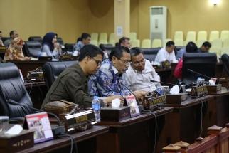 Anggota DPRD Kepri Iskandarsyah, Onward Siahaan dan Sahat Sianturi saat sidang paripurna