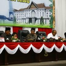 Gubernur Kepri H Nurdin Basirun, Ketua DPRD Jumaga Nadeak bersama Wakil Ketua DPRD Kepri Rizki Faisal saat memimpin rapat paripurna