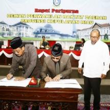 Gubernur Kepri H Nurdin Basirun bersama Ketua DPRD Jumaga Nadeak saat membubuhkan tanda tangan disaksikan wakil ketua DPRD Rizki Faisal