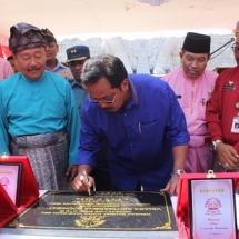Gubernur Kepri, H Nurdin Basirun menandatangani prasasti peresmina Vihara Patung 1.000