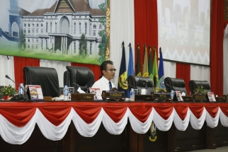 Ketua DPRD Kepri Jumaga Nadeak saat memimpin rapat