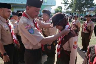 Ketua Kwarcab Pramuka Tanjungpinang H Syahrul menyematkan tanda peserta