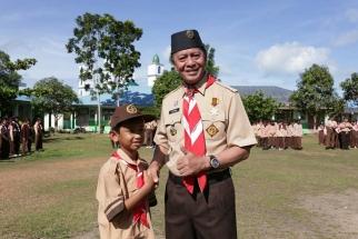 Ketua Kwarcab Pramuka Tanjungpinang foto bersama salah satu adik pramuka