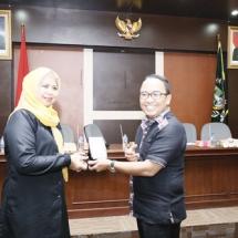 Ketua Pansus LKPj Dewi Kumalasari Ansar menyerahkan cenderamata kepada perwakilan DPRD Banten.