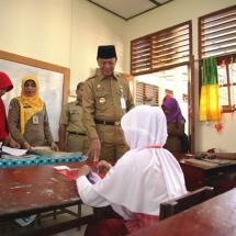 H Syahrul berdialog dnegan salah satu siswa sebelum UN dimulai
