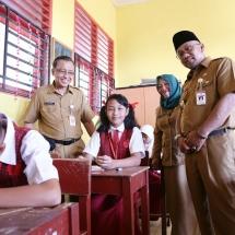 Pose Wali Kota Lis Darmansyah dan Kadisdik Dadang bersama siswa