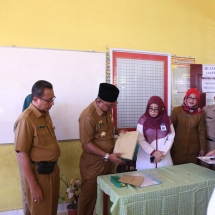 Wali Kota didampingi Kadis Pendidikan membuka soal UN SD