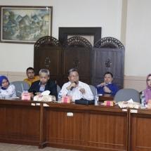 Sahat Sianturi berdialog dengan anggota DPRD Banten.
