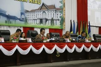 Sekdaprov Kepri Arif Fadilah bersama Pimpinan DPRD Kepri saat memimpin sidang
