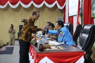 Sirajudin Nur menyalami Wakil Ketua DPRD Kepri Husnizar Hood