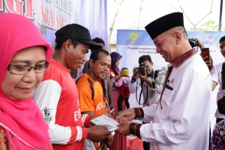 Wakil Wali Kota Syahrul menyerahkan bantuan secara simbolis