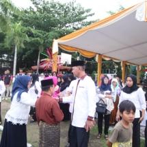 Wakil Wali Kota Tanjungpinang H Syahrul bersalaman dnegan masyarakat dan peserta.