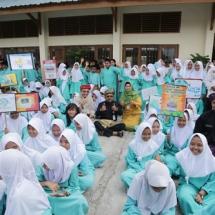 Wako H Lis Darmansyah Berfoto Bersama Kepala dinas Pendidikan dan Kepala sekolah ,Serta Murid SMP 10