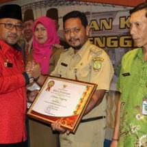 Wali Kota H Lis Darmansyah menyerahkan penghargaan kepada penyelenggara musrenbang terbaik tingkat kecamatan dan kelurahan.