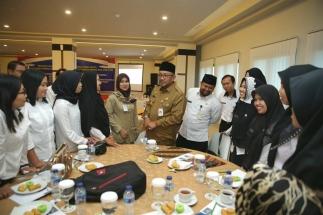 Wali Kota Lis Darmansyah berbincang dengan Penyuluh KB