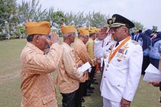 Wali Kota Lis Darmansyah memberi penghormatan kepada veteran