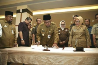 Wali Kota Lis Darmansyah menandatangani penyerahan Penyuluh KB ke BKKBN Pusat