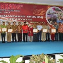 Wali Kota Tanjungpinang H Lis Darmansyah, Ketua DPRD Kota Tanjungpinang Suparno, dan tamu undangan foto bersama