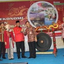 Wali Kota Tanjungpinang H Lis Darmansyah bersalaman dengan Kepala Bappelitbang Pemko Tanjungpinang Surjadi.