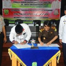Wali Kota Tanjungpinang H Lis Darmansyah bersama Kajari Tanjungpinang Herry Ahmad Pribadi SH MH menandatangani MoU disaksikan Kapolres Tanjungpinang Joko Bintoro dan Wakil Wali Ko