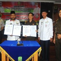 Wali Kota Tanjungpinang H Lis Darmansyah bersama Kajari Tanjungpinang Herry Ahmad Pribadi SH MH menunjukkan hasil penandatanganan MoU