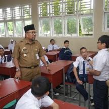 Wali kota Tanjungpinang H Lisdarmansyah Saat Berbicara Dengan Salah Satu Murid