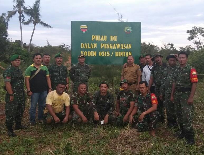 TNI AD Pasang Merah Putih di Pulau Ajab