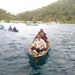 11 SEPTEMBER-Bupati Bintan Apri Sujadi saat menaiki perahu nelayan
