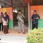 Bupati Bintan Apri Sujadi saat meninjau ruang kelas untuk direnovasi