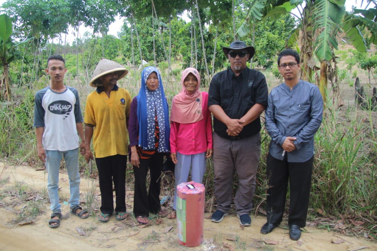Agar Kualitasnya Baik, Yudi Iskandar Bagikan Mulsa ke Petani Cabai di Bintan