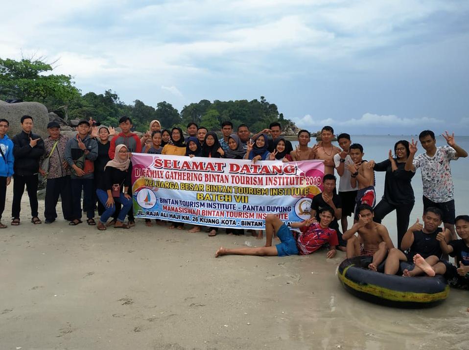 Pererat Kekeluargaan, Mahasiswa Kampus BTI Family Gathering ke Trikora