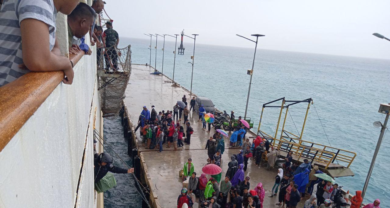 Gelombang Laut Tinggi, Kapal Bukit Raya Kesulitan Sandar di Pelabuhan