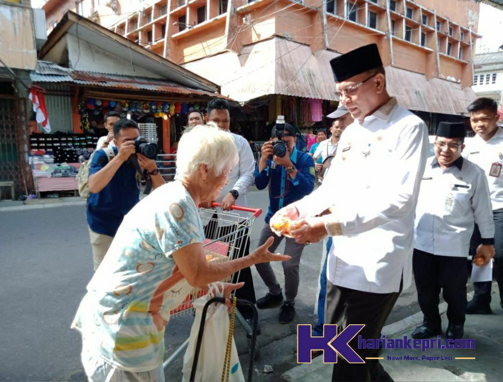 Keliling di Pasar, Wako Bagi-bagi Jeruk Imlek ke Warga Tionghoa