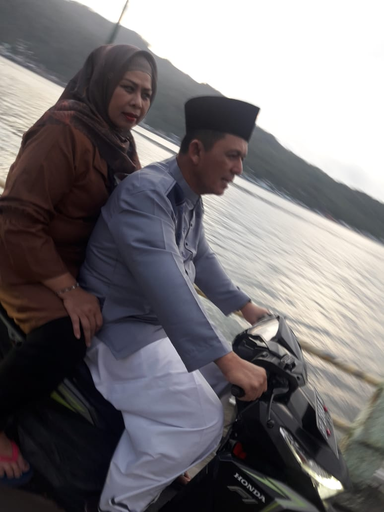 Gaya Ansar Ahmad dan Dewi saat Menikmati Sore di Tarempa