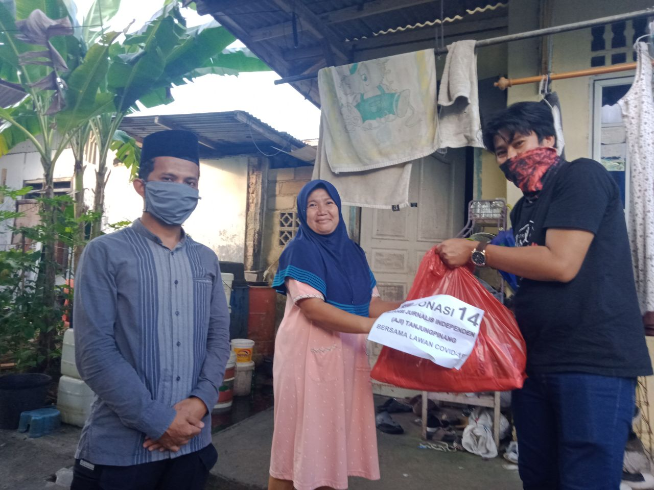 Lawan Covid-19, AJI Tanjungpinang Salurkan Sembako ke Warga Tak Mampu