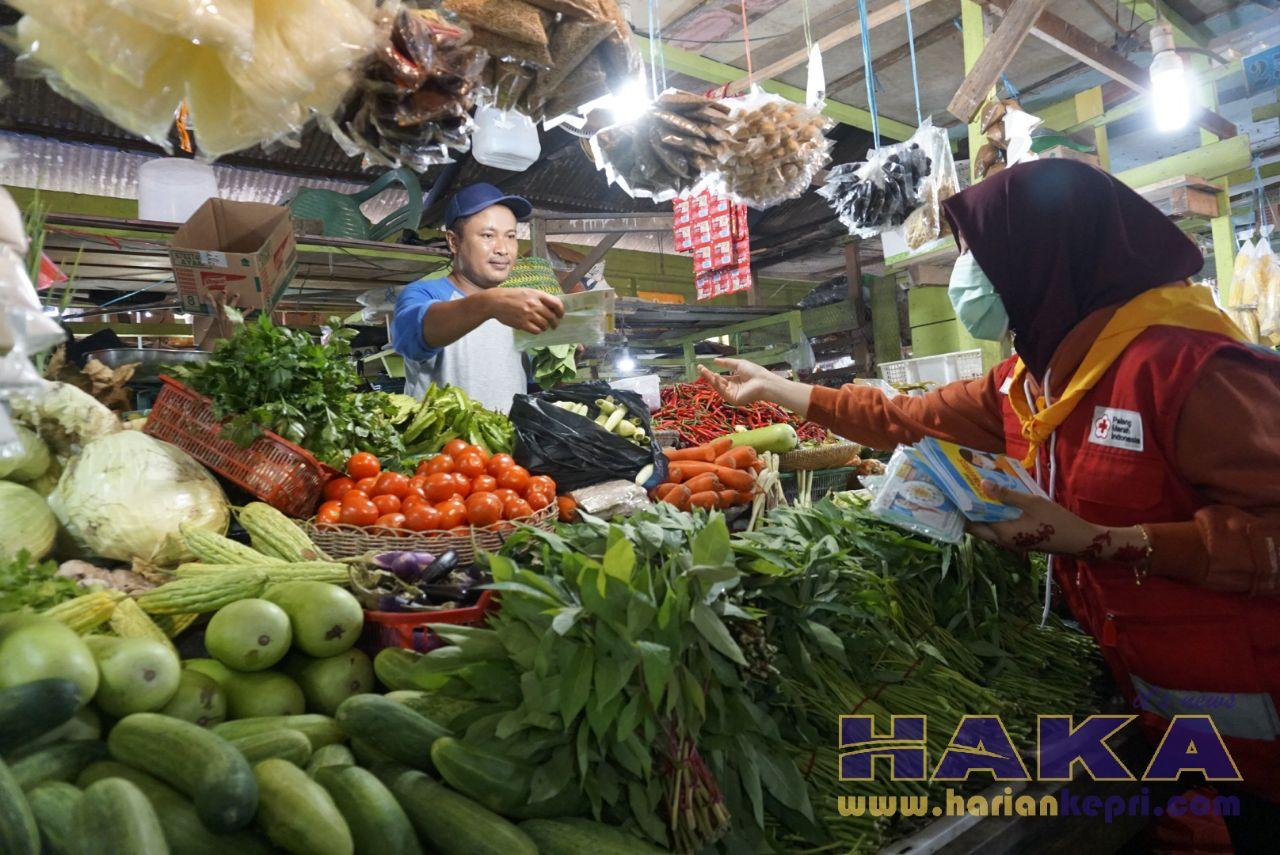 PMI Natuna Bagikan Ratusan Masker untuk Pedagang dan Wartawan