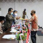 Anggota Fraksi Golkar, Kamrudin Ali menyerahkan pandum Fraksi Golkar